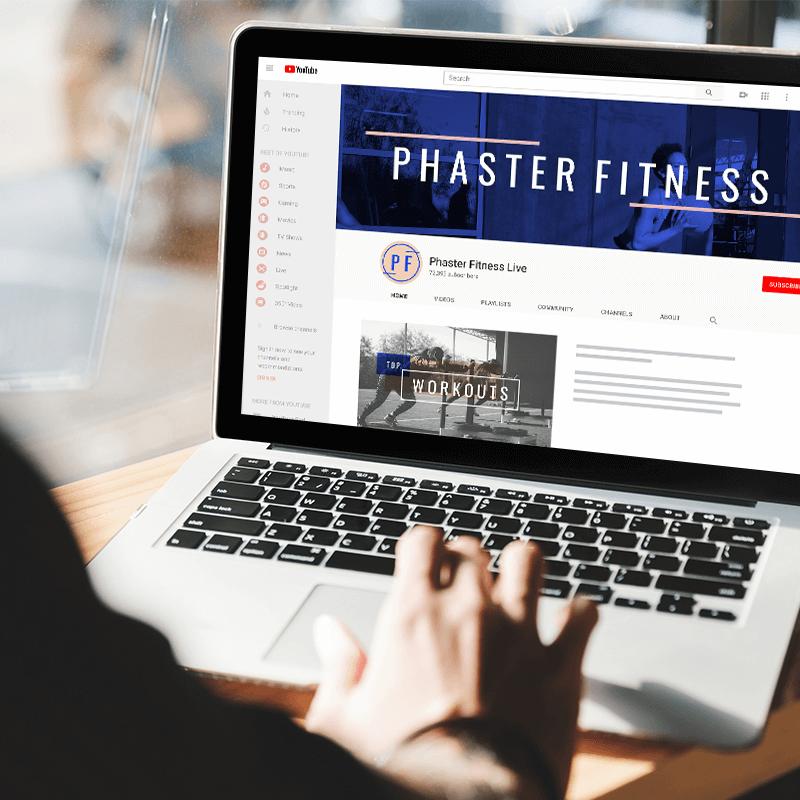 """Computadora portátil con el canal de YouTube abierto y el banner de YouTube """"Phaster Fitness"""" visible."""